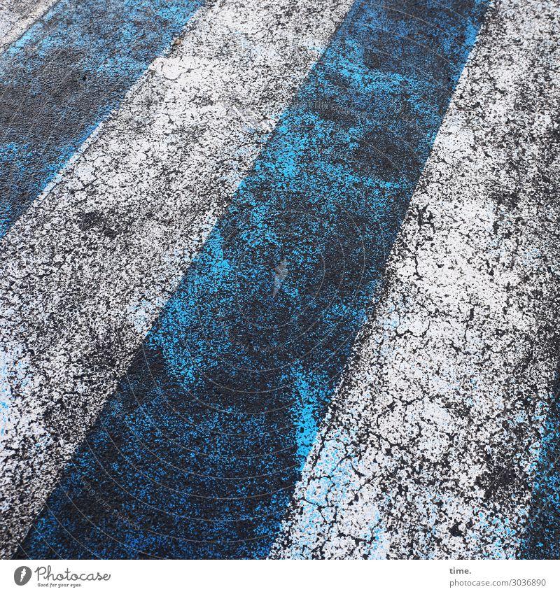 Strichmuster | on the road again alt blau Stadt weiß dunkel Straße Leben Farbstoff Wege & Pfade Stein Design Verkehr dreckig Vergänglichkeit kaputt