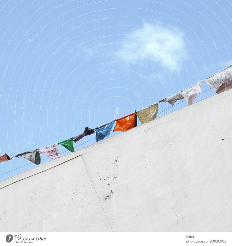 luftig | Gewäsch Häusliches Leben Himmel Wolken Schönes Wetter Haus Mauer Wand Stoff Wäsche Wäscheleine Wäschetrockner Wäsche waschen hängen Fröhlichkeit hoch