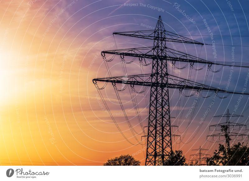 Hochspannungsmast im grellen Sonnenlicht Energie gelb Energiewirtschaft Elektrizität Kabel Strommast Sonnenenergie Solarzelle sparen Produktion
