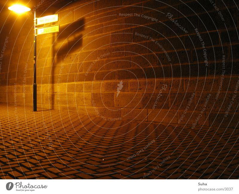 Unter der Brücke(bei Nacht) Lampe Stein Mauer Laterne Straßenbeleuchtung Straßennamenschild Gemäuer