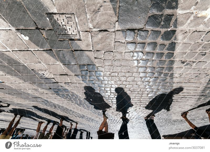 Flanieren kaufen Ausflug Sommer Mensch Menschengruppe Sammlerstück Kopfsteinpflaster Zebrastreifen Fußgängerzone gehen außergewöhnlich Perspektive Farbfoto