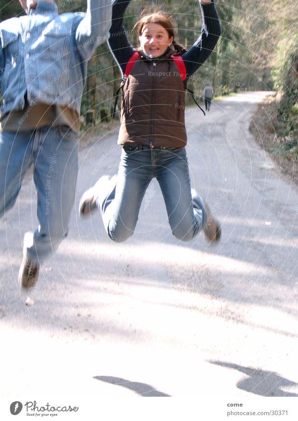 Ziel erreicht! Freundschaft wandern Freudensprung Natur Straße