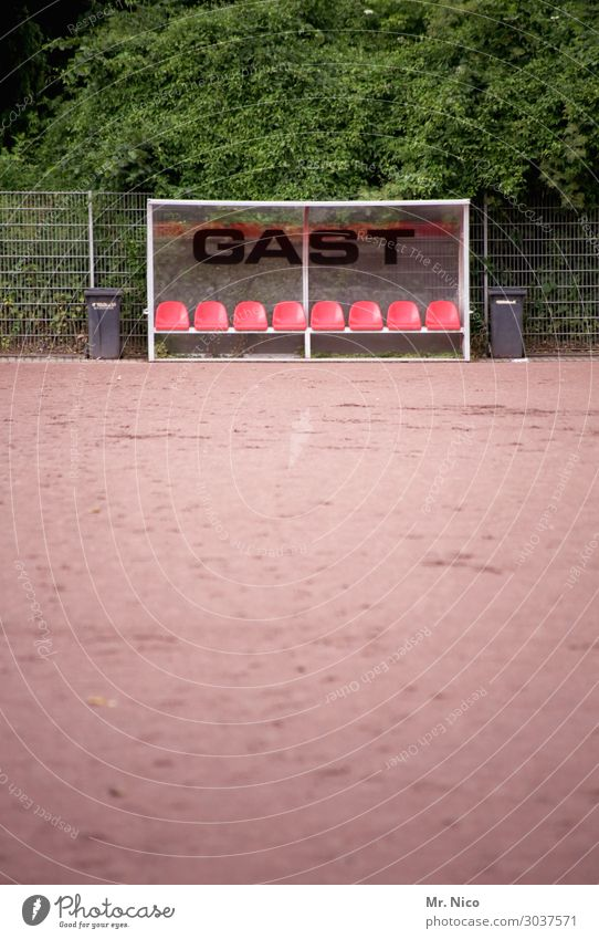 Gast.stätte Freizeit & Hobby Sport Ballsport Sportmannschaft Fußball Sportstätten Fußballplatz Pflanze Sträucher Blatt sportlich Auswechselbank Hartplatz Bank