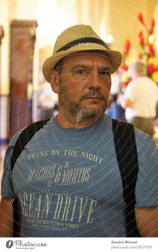 Tourist in Havanna maskulin Mann Erwachsene Vater 1 Mensch 45-60 Jahre Mode T-Shirt Hut Bart Dreitagebart Vollbart beobachten gehen stehen sportlich bedrohlich