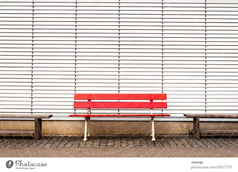 Banking Stadtzentrum Rollladen geschlossen Erholung rot weiß Farbe leer Farbfoto Außenaufnahme Menschenleer Textfreiraum links Textfreiraum rechts