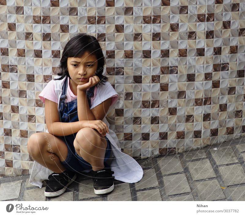 launenhaft Mensch Kind Mädchen 1 3-8 Jahre Kindheit Stoff Schuhe schwarzhaarig Beton Denken niedlich Wut blau braun rosa weiß Stimmung Enttäuschung Ärger