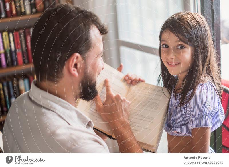 Vater und Tochter lesen Buch Haus Kind Mensch Frau Erwachsene Mann Eltern Familie & Verwandtschaft Kultur sitzen Neugier Papa jung Mädchen zwei Kaukasier