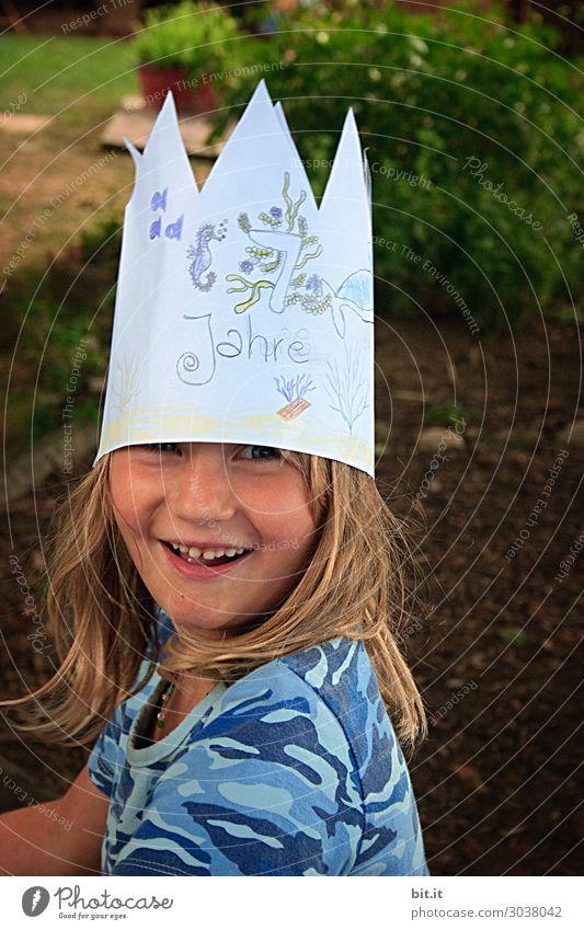 Geburtstagskind mit Krone auf dem Kopf, zuhause im Garten. Party Feste & Feiern Mensch feminin Kind Mädchen Familie & Verwandtschaft Kindheit Freude Glück