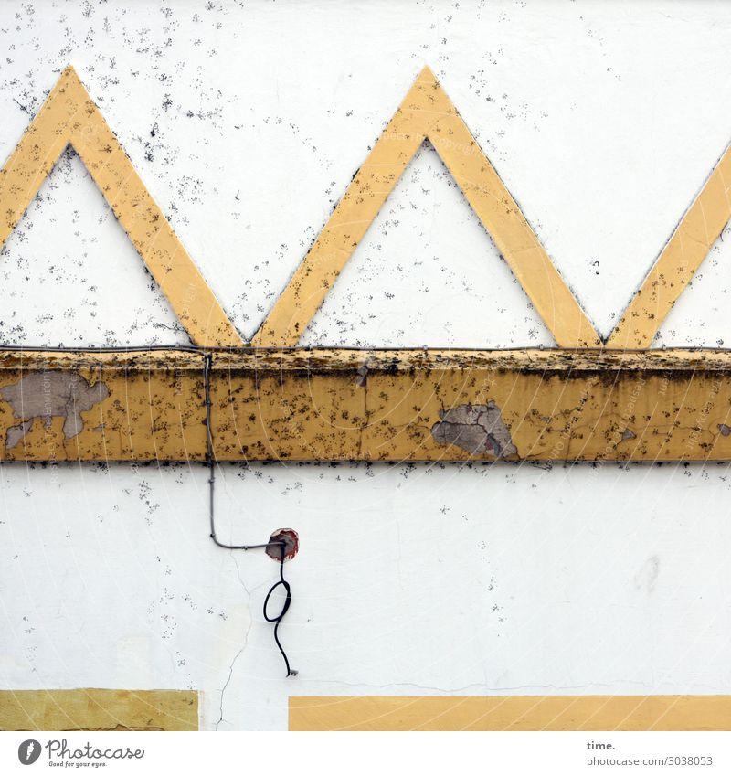 Kunst am Bau | nichts ist für immer (2) mauer kreativ wand linien streifen schräg trashig kabel deko verzierung alt historisch rost flecken kaputt unbrauchbar