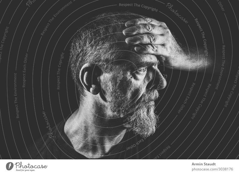 Bärtiger Mann hält sich die Stirn rätselhaft respektabel Porträt Vollbart alt Nahaufnahme Sonne Licht Gesicht Person männlich Kopf Ausdruck Emotion Kaukasier
