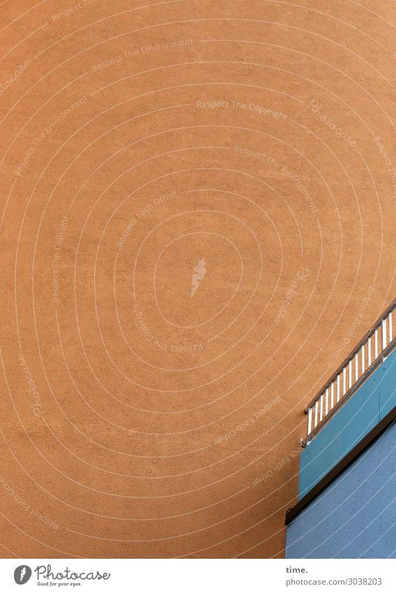 Tagfreiraum | UT Kassel Haus Hochhaus Mauer Wand Geländer Zaun hoch Stadt blau orange standhaft Neugier ästhetisch Design Inspiration Perspektive sparsam