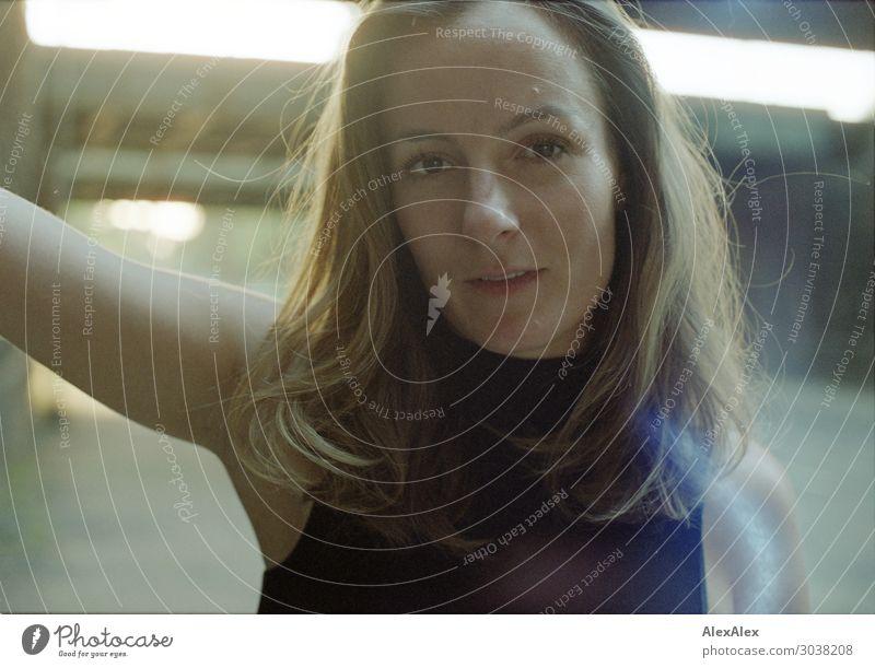Gegenlichtportrait einer jungen Frau Lifestyle elegant Freude schön Leben Junge Frau Jugendliche 18-30 Jahre Erwachsene Landschaft Sommer Schönes Wetter Stadt
