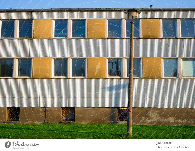 viel Sonne vor der Hütte DDR Wolkenloser Himmel Wiese Prenzlauer Berg Gebäude Fassade Fenster Straßenbeleuchtung Wellblechwand Linie Streifen authentisch eckig