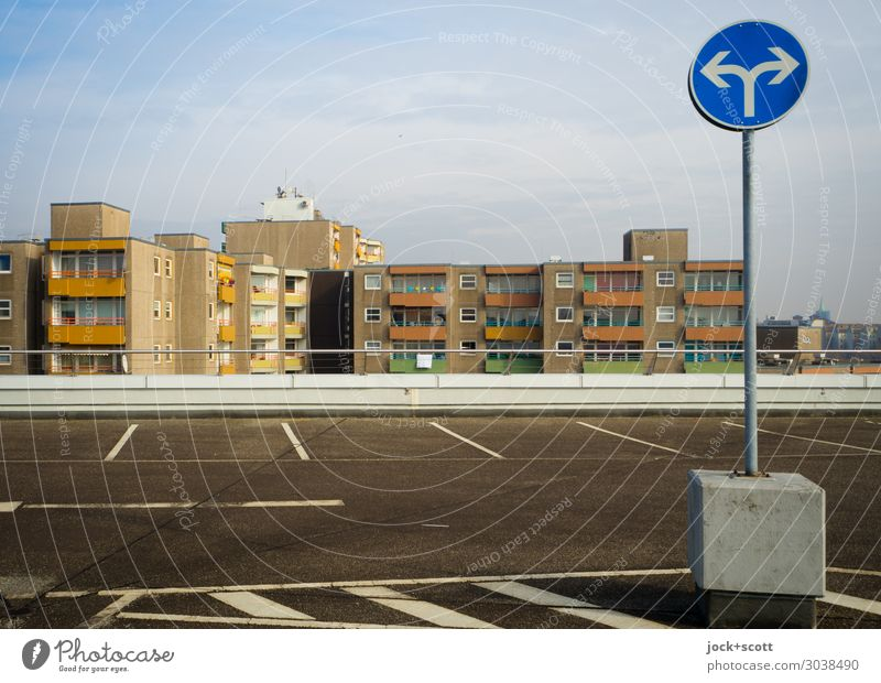 Rechts oder Links auf dem Parkdeck Parkhaus Plattenbau Fassade Verkehrszeichen Verkehrsschild Parkplatz Asphalt Pfeil links rechts authentisch modern oben