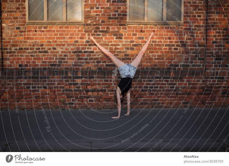 Frau macht einen Radschlag Lifestyle elegant Stil Freude schön Leben Wohlgefühl Spielen Radschlagen Junge Frau Jugendliche 18-30 Jahre Erwachsene Tänzer Sommer