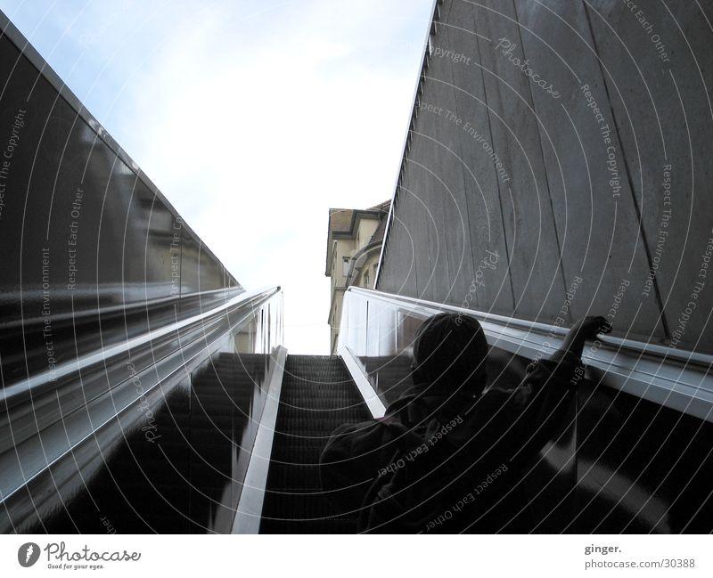 Ins Licht Himmel Treppe Rolltreppe gebrauchen Bewegung fahren festhalten dunkel blau grau schwarz weiß Mobilität unterwegs aufwärts bequem Rückansicht hoch
