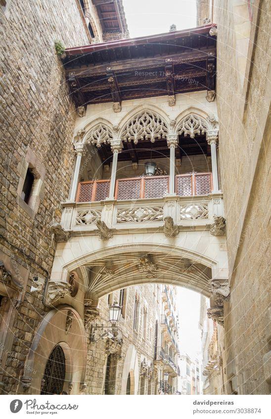Gotische Brücke in der Carrer del Bisbe Straße, in Barcelona, Spanien Ferien & Urlaub & Reisen Tourismus Platz Gebäude Architektur Fassade Balkon Denkmal Stein