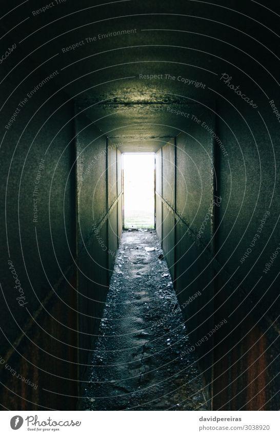 Metallischer dunkler Tunnel mit Licht am Ende Gebäude Architektur Wege & Pfade Stahl alt dreckig dunkel gruselig hell schwarz Hoffnung Tod Angst Entsetzen