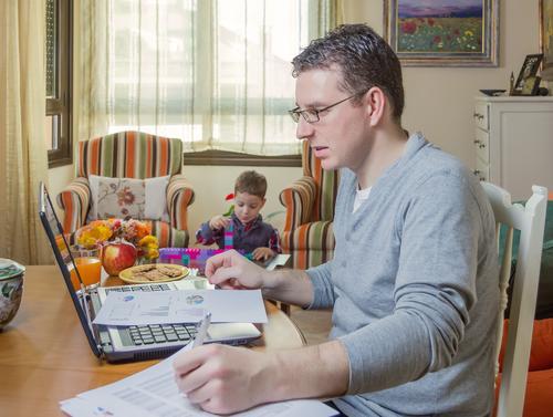 Vater arbeitet im Heimarbeitsplatz und Sohn spielt Lifestyle Leben Haus Sofa Kind Arbeit & Erwerbstätigkeit Büro Business Telefon Computer Notebook