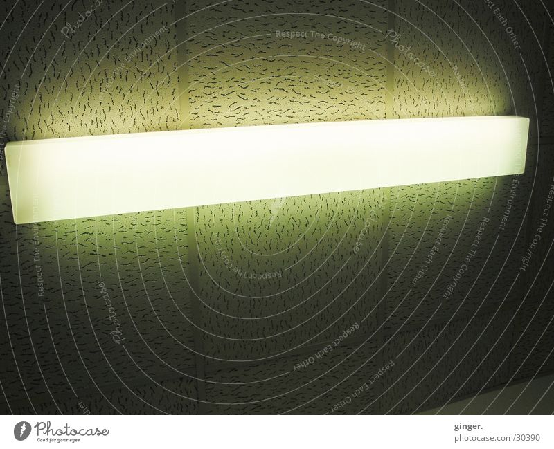 Neon Lampe dunkel hell Neonlicht Beleuchtung Deckenbeleuchtung Zimmerdecke grün-gelb Aura erleuchten Deckenplatten hässlich Muster lang Menschenleer weiß
