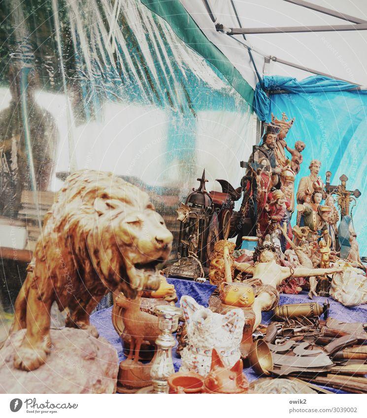 Kunst und Krempel Kunstwerk Skulptur Kitsch Krimskrams Sammlung Sammlerstück Kruzifix Holz Kunststoff alt Zusammensein glänzend viele Religion & Glaube