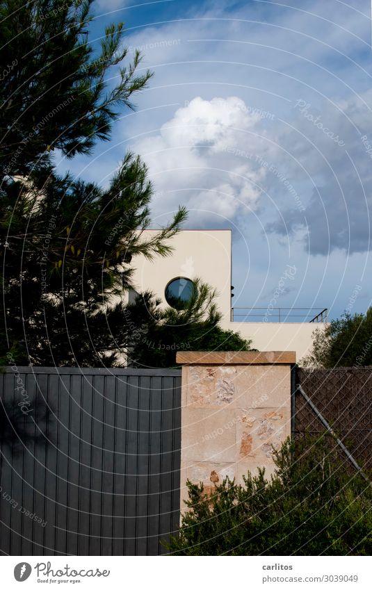 Wir bleiben unter uns ... Spanien Balearen Mallorca Ferienhaus Villa Sicherheit geschlossen Tor Fenster rund Bauhaus Architektur Flachdach Naturstein