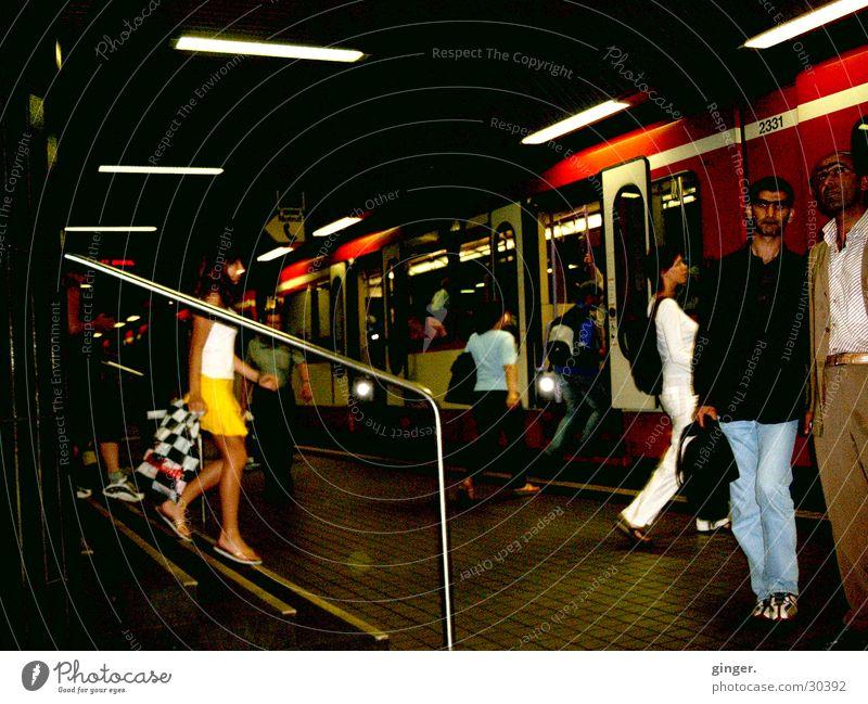 Menschen unterwegs dunkel Bewegung Verkehr U-Bahn Mobilität einsteigen