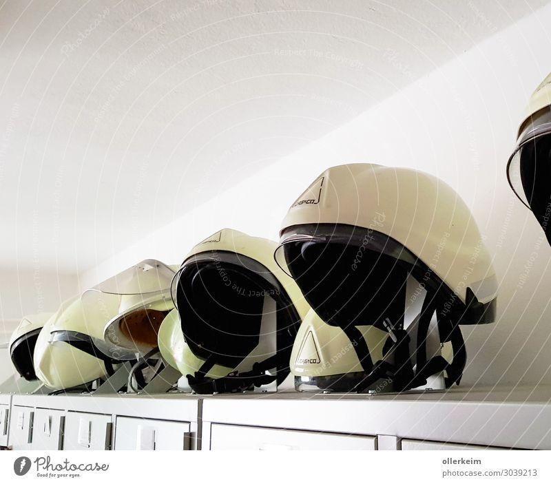 Helm Pflicht!!! Beruf Handwerker Arzt Arbeitsplatz Baustelle Gesundheitswesen Arbeit & Erwerbstätigkeit tragen grau Kopfschutz Feuerwehr Feuerwehrmann Militär