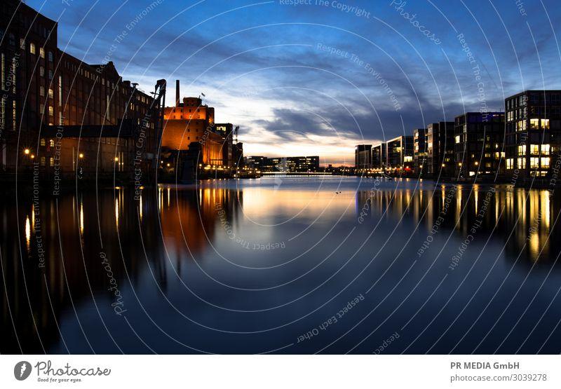 Innenhafen 1 Himmel Sonnenaufgang Sonnenuntergang Sommer Hafenstadt Gebäude blau schwarz Duisburg mehrfarbig Außenaufnahme Textfreiraum unten Abend Dämmerung
