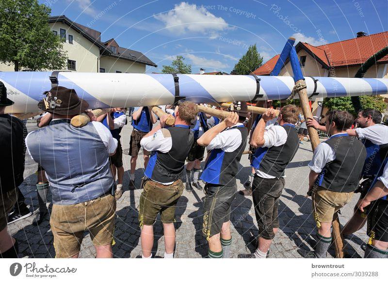 Maibaumaufstellen in Oberbayern Lifestyle Feste & Feiern 1. Mai Mensch maskulin Junger Mann Jugendliche Menschengruppe 18-30 Jahre Erwachsene Bayern Dorf