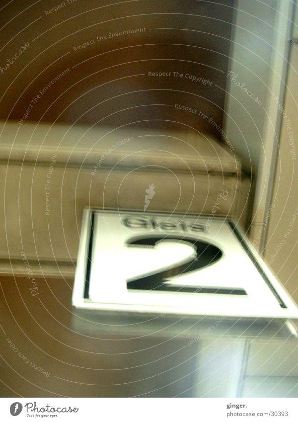 Gleis 2 Verkehr Eisenbahn Gleise Ziffern & Zahlen Mobilität Schilder & Markierungen Information warten Ankunft Abfahrt Farbfoto Gedeckte Farben Detailaufnahme