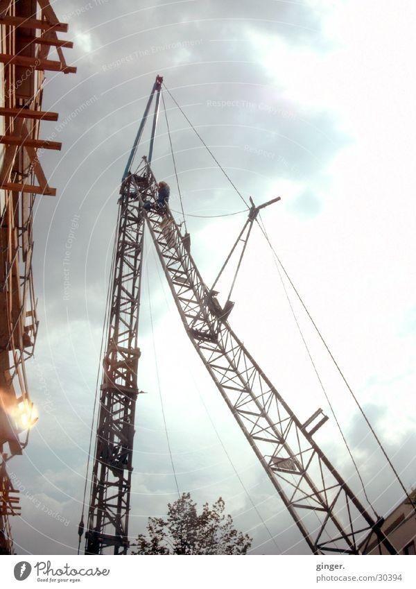 himmelwärts Himmel Mann Wolken Holz hoch Technik & Technologie Baustelle Stahlkabel Konstruktion Kran Bauarbeiter steigen Scheinwerfer Gerüst Hochbau Hausbau