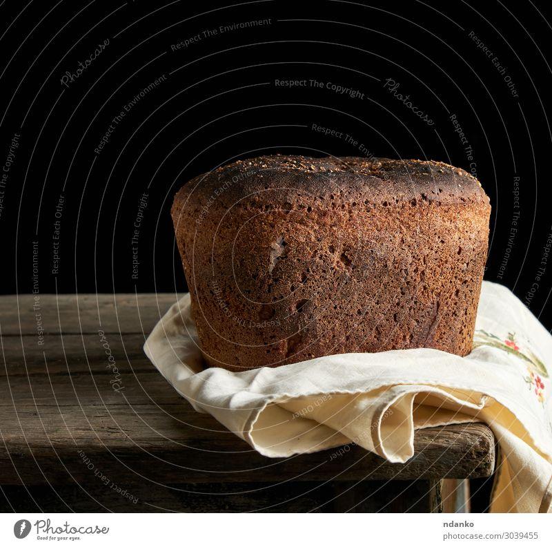 gebackenes Roggenbrot liegt Mehl auf einem Textiltuch. Brot Ernährung Essen Mittagessen Abendessen Diät Tisch Küche Holz alt dunkel frisch lecker natürlich