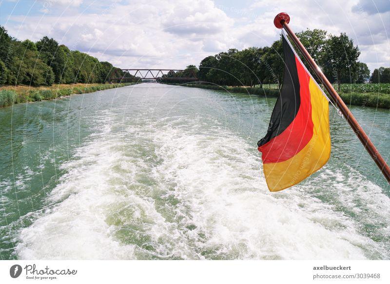 Bootsfahrt auf Mittellandkanal mit deutscher Flagge Lifestyle Freizeit & Hobby Ferien & Urlaub & Reisen Tourismus Ausflug Sommer Wellen Fluss Verkehr