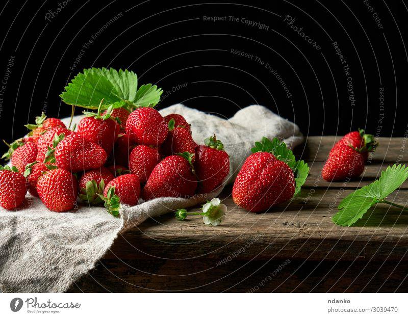 Bund frischer reifer roter Erdbeeren Frucht Dessert Vegetarische Ernährung Sommer Tisch Natur Blatt Holz Essen dunkel klein lecker natürlich saftig grün schwarz