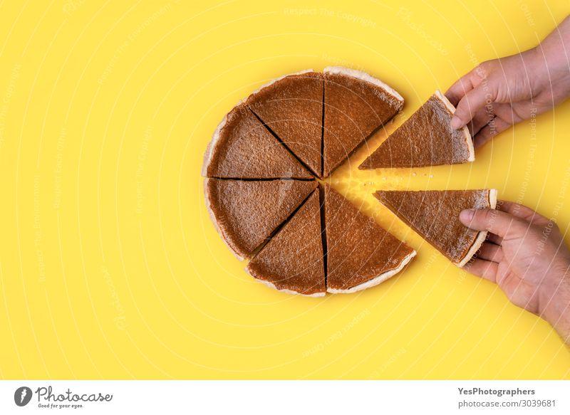 Hände nehmen Kuchenscheiben. Kürbiskuchen essen Lebensmittel Dessert Süßwaren Essen Business Hand Herbst braun gelb orange Teamwork Tradition Erntedankfest