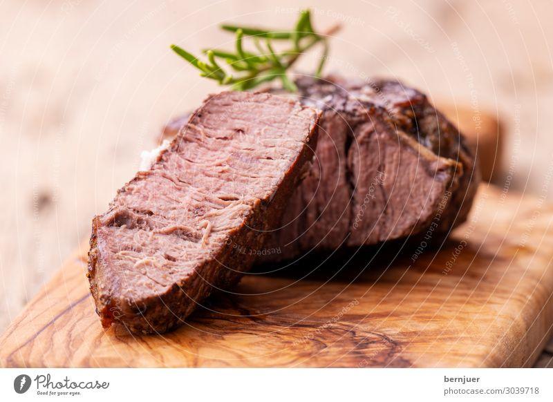 gegrilltes saftiges Steak Fleisch Kräuter & Gewürze Abendessen Medien Grill grau grün rot schwarz Rindfleisch Rosmarin Olivenholz Schneidebrett Barbecue