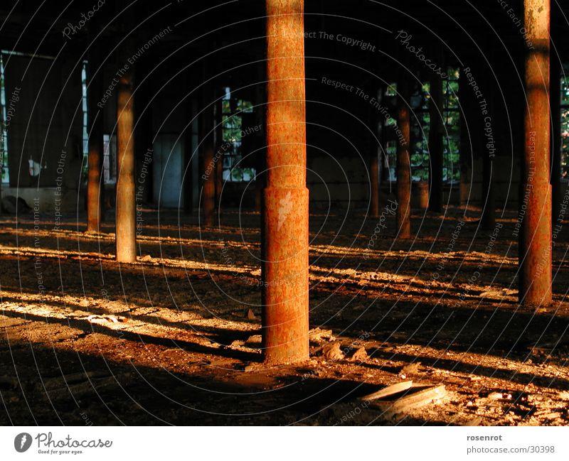 Bauruine Licht Sonnenuntergang Fabrik Architektur Lagerhalle Säule Schatten Rost