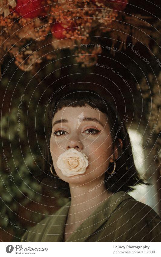 Blumenmädchen Mensch feminin Kopf Haare & Frisuren 1 18-30 Jahre Jugendliche Erwachsene Kunst Künstler Medien Natur Pflanze Urelemente Rose Tulpe Efeu Farn