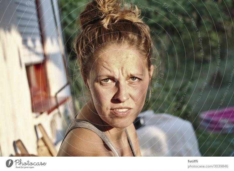 Echt jetzt? feminin Junge Frau Jugendliche 1 Mensch 18-30 Jahre Erwachsene 30-45 Jahre beobachten sprechen Kommunizieren ästhetisch blond rebellisch sportlich