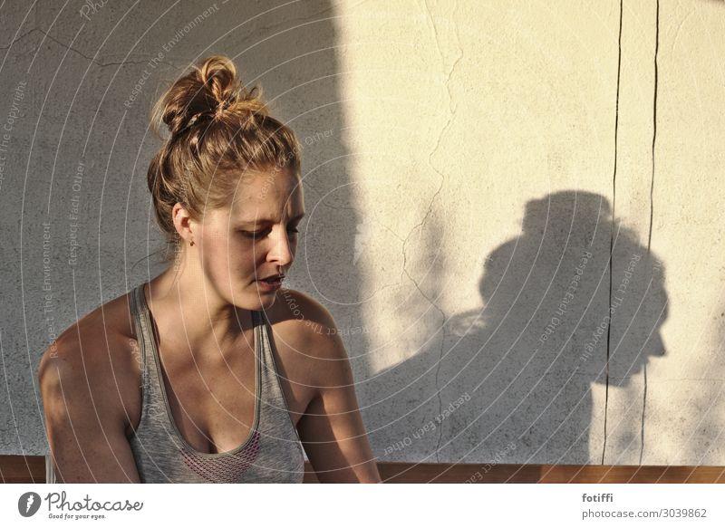 Licht und Schatten Mensch feminin Junge Frau Jugendliche Freundschaft 1 18-30 Jahre Erwachsene 30-45 Jahre Lächeln ästhetisch blond Erotik weich nachdenklich