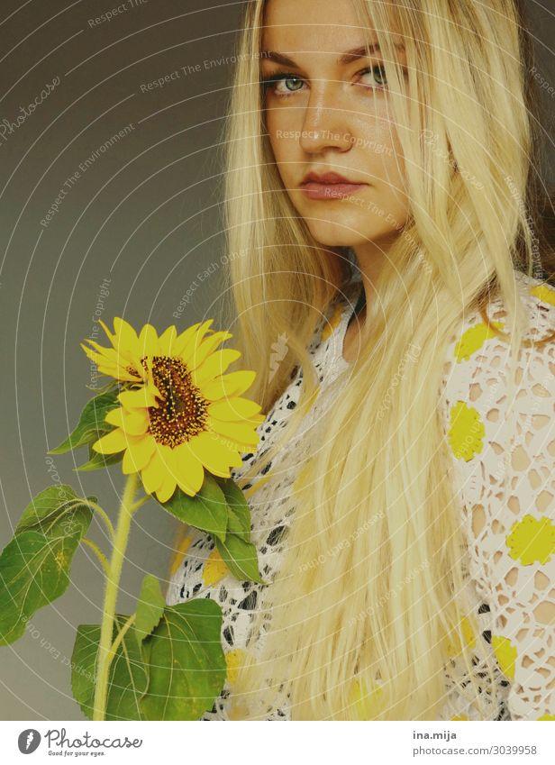 _ Mensch feminin Junge Frau Jugendliche Erwachsene 1 18-30 Jahre Umwelt Natur Sommer Pflanze Blume Blüte Sonnenblume Garten häkeln Haare & Frisuren blond
