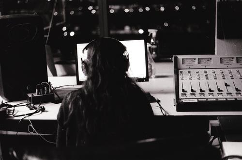 Frau Mensch Jugendliche weiß ruhig schwarz 18-30 Jahre Erwachsene feminin Haare & Frisuren grau Arbeit & Erwerbstätigkeit Musik sitzen Computer Gelassenheit