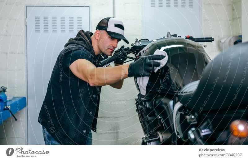 Mechanische Reinigung eines Motorrads Lifestyle Stil Arbeit & Erwerbstätigkeit Mensch Mann Erwachsene Fahrzeug Stoff authentisch hell retro schwarz