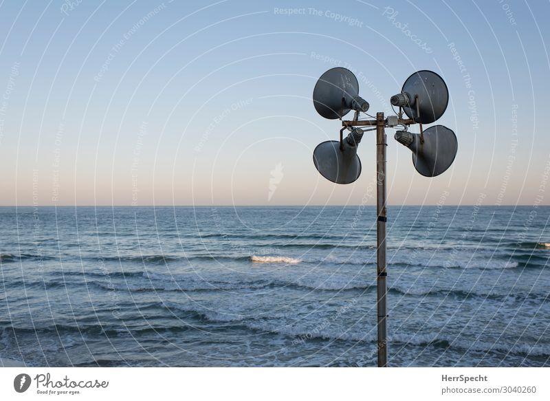 Strand-Disko? Himmel Ferien & Urlaub & Reisen Natur blau Stadt Wasser Meer Einsamkeit Ferne Umwelt natürlich grau Horizont Metall Wetter