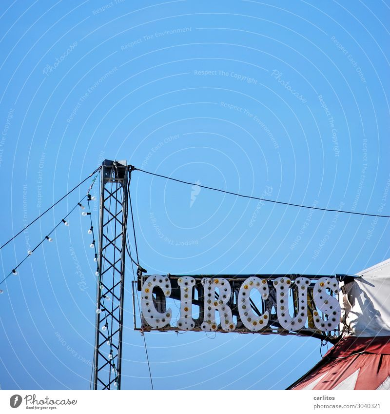 Gitterstruktur senkrecht Zirkus Werbung Hinweisschild Beleuchtung leuchten Zelt Konstruktion Freude Entertainment Freizeit & Hobby Manege Mast Pylon Himmel blau