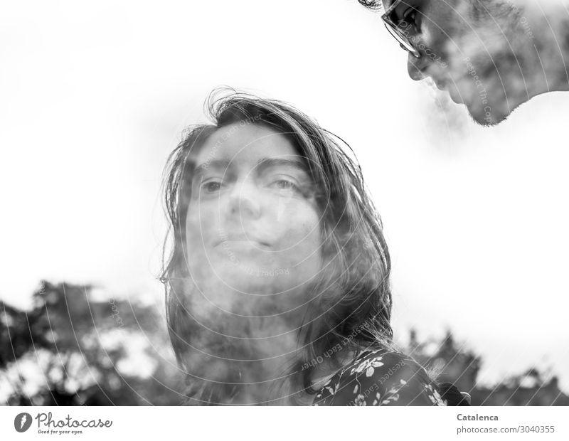 Qualmen um die Wette Freude Rauchen Rauschmittel maskulin feminin 2 Mensch 18-30 Jahre Jugendliche Erwachsene Brille beobachten grau schwarz weiß Sucht