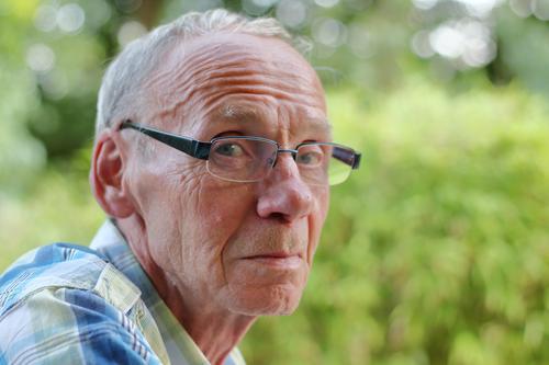 skeptisch Mensch Mann blau grün Gesicht Erwachsene Senior natürlich Haare & Frisuren Kopf grau maskulin 60 und älter authentisch Bekleidung einzigartig