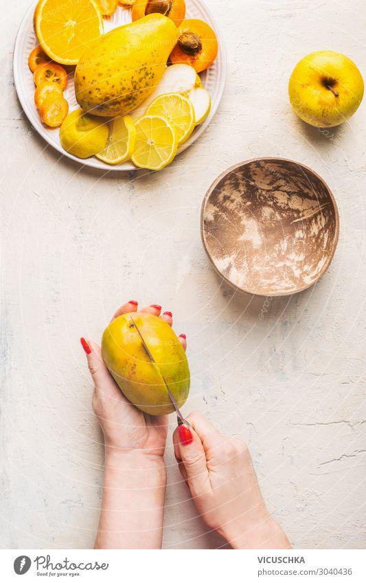 Mango-Zubereitung Schritt 1. Frauenhänden schneiden Mango Lebensmittel Frucht Ernährung Bioprodukte Vegetarische Ernährung Diät Geschirr Messer Design