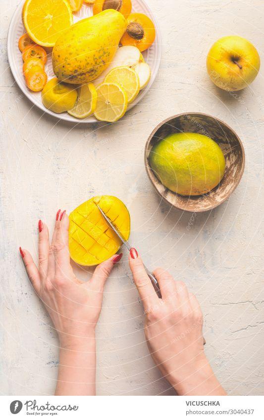 Mango Zubereitung. Hände schneiden Mango Hälfte in Gittermuster Lebensmittel Frucht Geschirr Messer Stil Design Gesunde Ernährung Hand Essen zubereiten